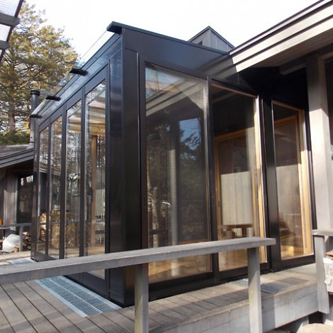 軽井沢の自然の中に溶け込んだデザインです。