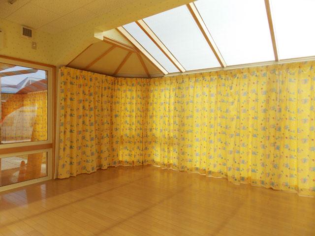 遊び心いっぱいのカーテンを取り付けて楽しい空間を演出。
