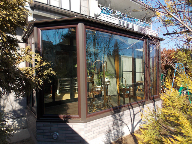 和洋折衷の建物に悠Uサンルームを施工しました。外観にもマッチして自慢の庭を眺めることができるお気に入りの空間ができました。サンルーム内にも植栽を置いて楽しんでいます。