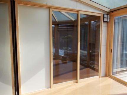 施工前、悠Uサンルームの出入口は引き違い窓でした。 この時の実質開口寸法は約80㎝と少し狭かった。(長野県Y様邸)