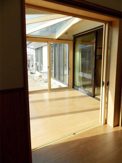 既存建物の廊下と悠Uサンルームの床素材を同じにして広々空間を演出。(長野県Y様邸)