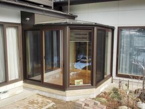 和風の住宅の外観に合うようにサンルームのサッシ色を既設建物のサッシ色と合わせましたが、 まーるい屋根の形状はそのまま。(長野県Y様邸)
