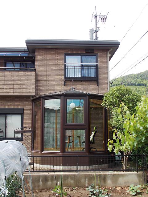 タイル調の外壁に調和したサンルーム【長野県】